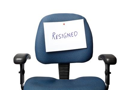 Silla de oficina con un signo RENUNCIADO aisladas sobre fondo blanco