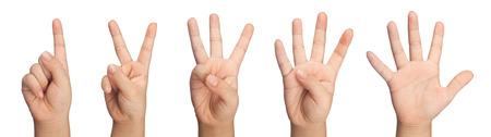 numero uno: La mano del niño gesticulando cuatro y cincuenta y nueve aislados sobre fondo blanco