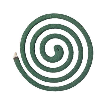 bobina: Quemar espiral para mosquitos aislados en fondo blanco