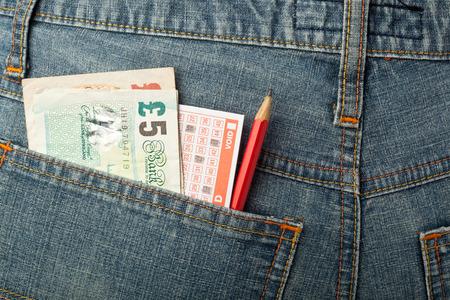 detras de: Reino Unido dinero y lotería de apuestas de deslizamiento en el bolsillo trasero