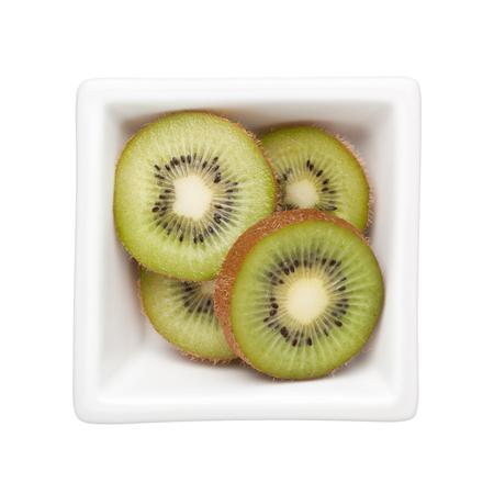 kiwi fruta: kiwis en rodajas en un recipiente cuadrado aislado en el fondo blanco