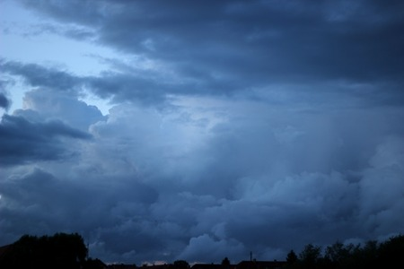 malign:   Heavy and dark clouds in the evening.