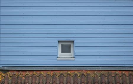 pared madera: Ventana en la pared de madera azul.