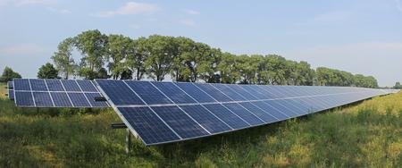 마을 밖에 서 태양 광 발전소의 넓은 샷.