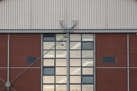 bedrijfshal: Ramen met een reflectie op een industrieel gebouw. Stockfoto