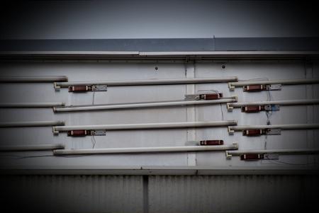 tubos fluorescentes: Tubos fluorescentes antiguas de anuncios luminosos. Foto de archivo