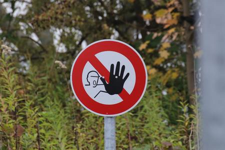 prohibido el paso: Ninguna muestra de violaci�n en Alemania con la naturaleza de fondo.