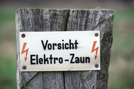 elektrischer Zaun: Registrieren sagen: Vorsicht, Elektrozaun.