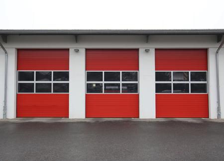 estacion de bomberos: Fila de los garajes de una estaci�n de bomberos p�blica en Alemania.