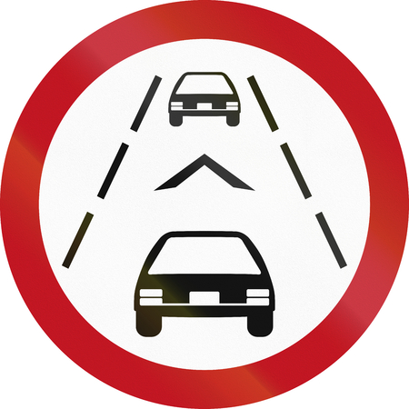 Regulatory road sign in Colombia, requiring drivers to maintain a distance of at least 1 chevron apart for safety reasons.