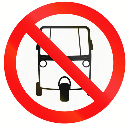 MOTORIZADO: Un signo de Indonesia prohíbe vía para los triciclos motorizados.