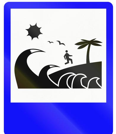evacuacion: Se�al de tr�fico de Indonesia - Tsunami ruta de evacuaci�n Foto de archivo
