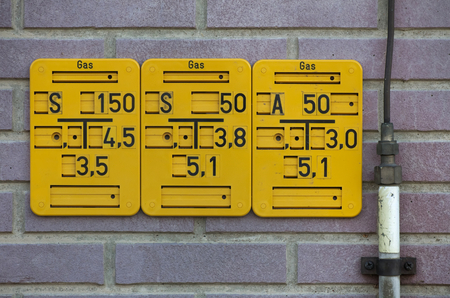 specifies: Gate valve sign for natural gas pipes in Germany. The abbreviation on the top left specifies the type of gate valve. The other numbers give size and position of the pipe.