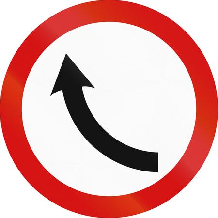 flecha direccion: Obsoleto se�al de tr�fico irlandesa en una curva.