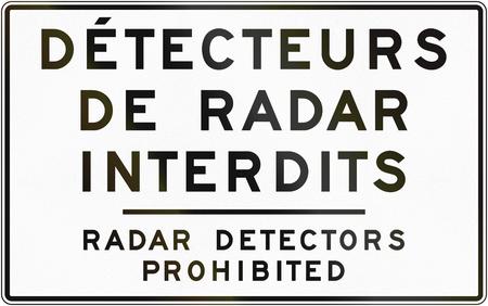 Tweetalig regelgevend verkeersbord in Quebec, Canada - Rader detectors verboden. Stockfoto
