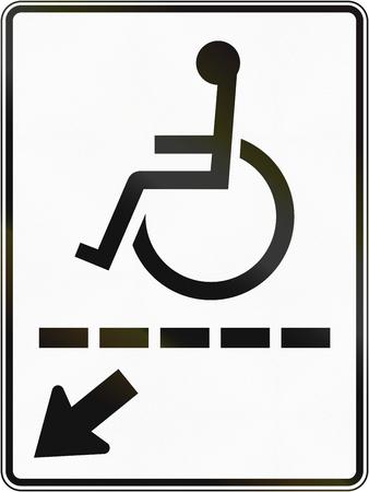 paraplegico: Se�al de tr�fico de Regulaci�n en Quebec, Canad� - el camino para minusv�lidos a la izquierda. Foto de archivo