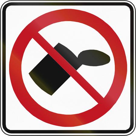 botar basura: Tirar basura prohibido se�al de tr�fico en Canad�. Este signo se utiliza en Quebec. Foto de archivo