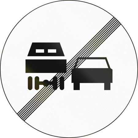 no pase: Señal de tráfico esloveno - End adelantamientos restricción para camiones.