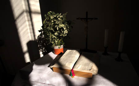 bible altar: Altar with cross and bible in a church building in Rassdorf, Hesse, Germany.