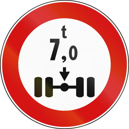 axle: Road sign used in Italy - Vehicles over 7 tons per axle not allowed. Stock Photo