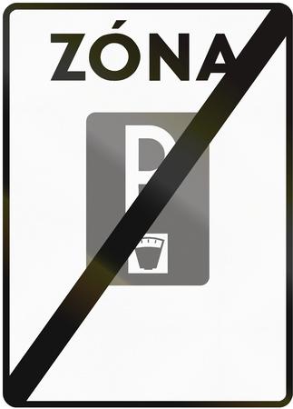 La señal de tráfico utilizado en Eslovaquia - Fin de la zona de aparcamiento de pago. Zona significa zona. Foto de archivo - 50359491