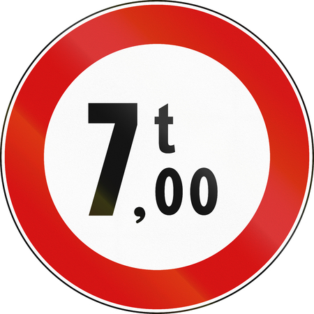 tons: Road sign used in Italy - maximum allowed weight 7 tons.