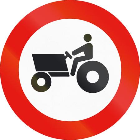 MOTORIZADO: La señal de tráfico utilizado en España - Prohibida la entrada a los vehículos agrícolas de motor.