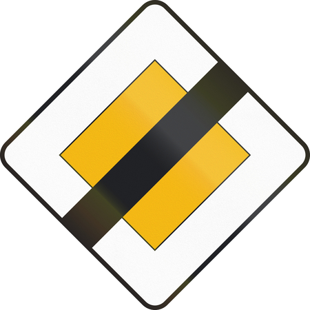 end of the road: Road sign used in Spain - End of priority road.