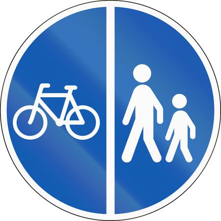 Panneau routier utilisé au Danemark - voies séparées pour les piétons et les cyclistes. Banque d'images - 62988802
