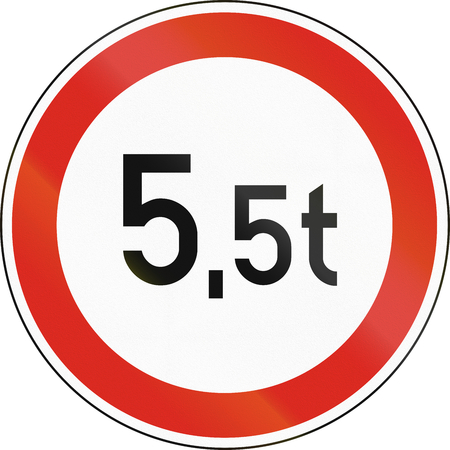 Road sign used in Hungary - Maximum weight.