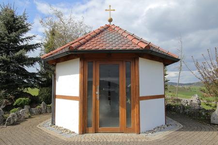 Entrada de una capilla católica en Baviera. Foto de archivo - 79155835