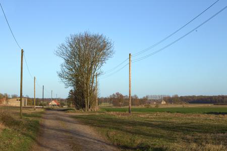 Uitzicht over straat en velden in landelijk Mecklenburg-Vorpommern. Stockfoto