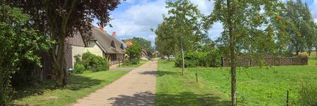 Straat met verschillende huizen die zijn opgenomen als monumenten in Jager, Mecklenburg-Vorpommern, Duitsland.