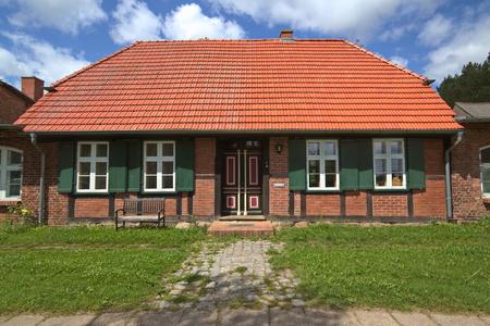 Gevel van huis genoteerd als monument bij Jager, Mecklenburg-Vorpommern, Duitsland.
