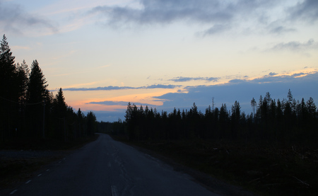 Heller Sonnenuntergang und dunkle Landschaft in Nordschweden. Standard-Bild
