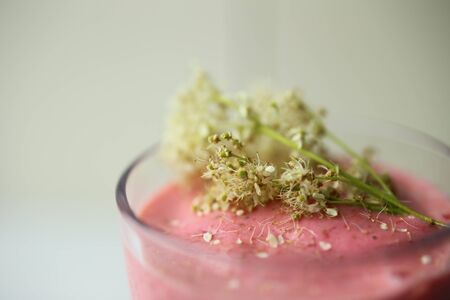 Pink strawberry dessert with meadowsweet blossoms as decoration. Banque d'images - 131584590