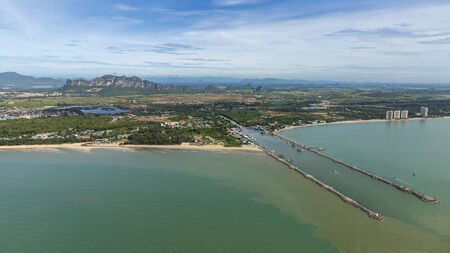Aerial photo of Cha-am pier in  Phetchaburi Province, Thailand shows many fishing boats parked at the port, preparing to go to catch fish in the blue sea on a sunny day 免版税图像