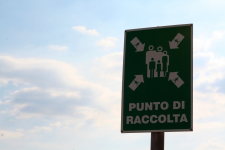 A green road sign written in Italian  punto di raccolta