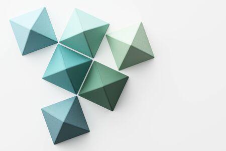 Conjunto de esferas piramidales realistas de colores verdes, púrpuras, azules, amarillos con textura de tela sobre fondo blanco. Representación 3d