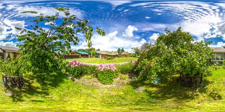 360視野角の3D 球形のパノラマ。バーチャルリアリティや VR のための準備。正の正距図法。緑の芝生、花と夏の2つの木と柔らかい青空。リンゴの木。