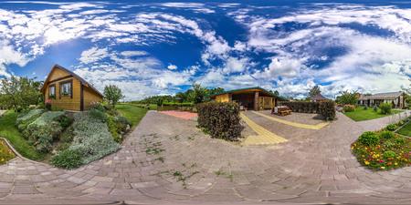 360 の視野角と 3 D 球面パノラマ。仮想現実や VR の準備ができて。完全円筒図法。冷たい青い空緑の芝生、庭、建物、夏の花に。 写真素材