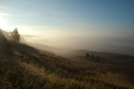 Schöner Sonnenaufgang im russischen Dorf Standard-Bild - 72357405