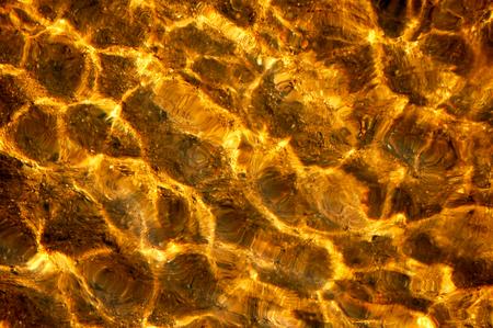 Eine Oberfläche eines Flusses mit einem Kristallwasser an einem sonnigen Tag. Standard-Bild - 75505244