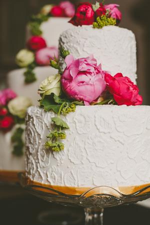 Schöne weiße Hochzeitstorte verziert Blumen