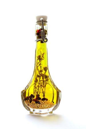 healthful: El aceite de oliva con las hierbas y especias aislados en fondo blanco