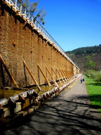evaporarse: Centro de rehabilitaci�n en el agua Badmuenster Satly ejecuta en miles de piezas de madera Foto de archivo