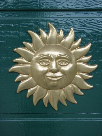 llave de sol: La cara bajorrelieve del Sol está de articulación en la puerta