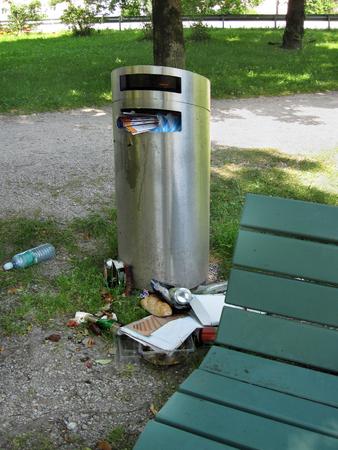 canecas de basura: Con el bote de basura lleno en parque de la ciudad Foto de archivo