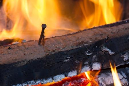 clavados: La quema de leña en la chimenea de cerca. Foto Foto de archivo