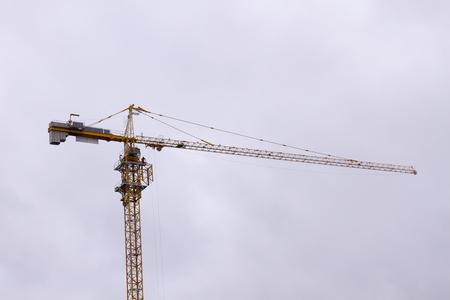 gele kraan op een bouwplaats tijdens de bouw van een residentieel en commercieel gebouw
